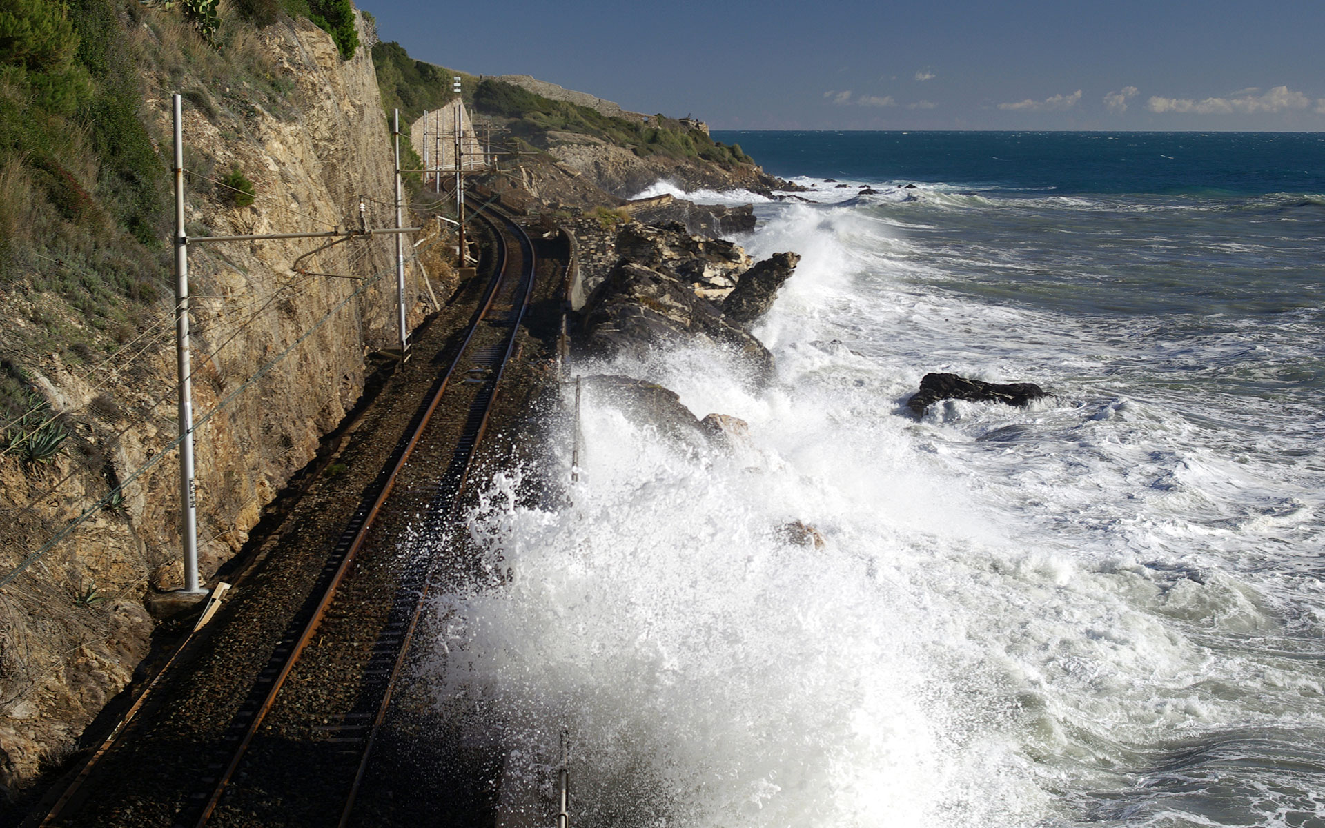 The railway line along the coast of Liguria (photo © Dimitri Surkov).