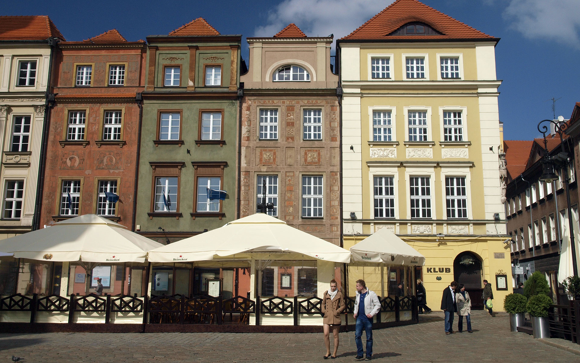 Colourful houses in Poznan's main square (photo © hidden europe).