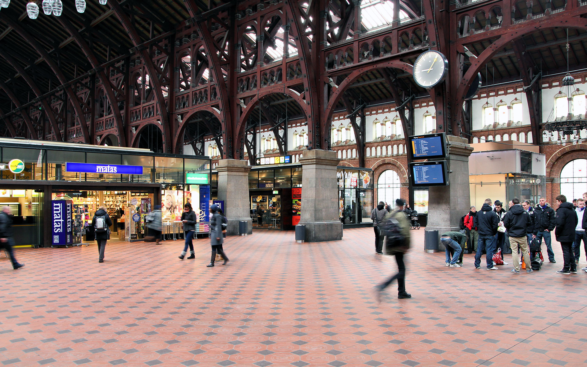The inside of Copenhagen's main station (photo © Tupungato).