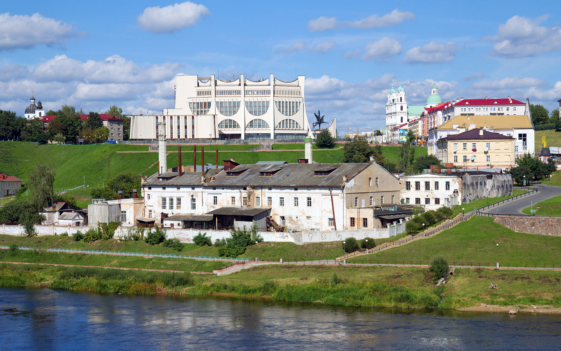 River Neman and the Belarusian town of Hrodna (photo © Eillen1981 / dreamstime.com).