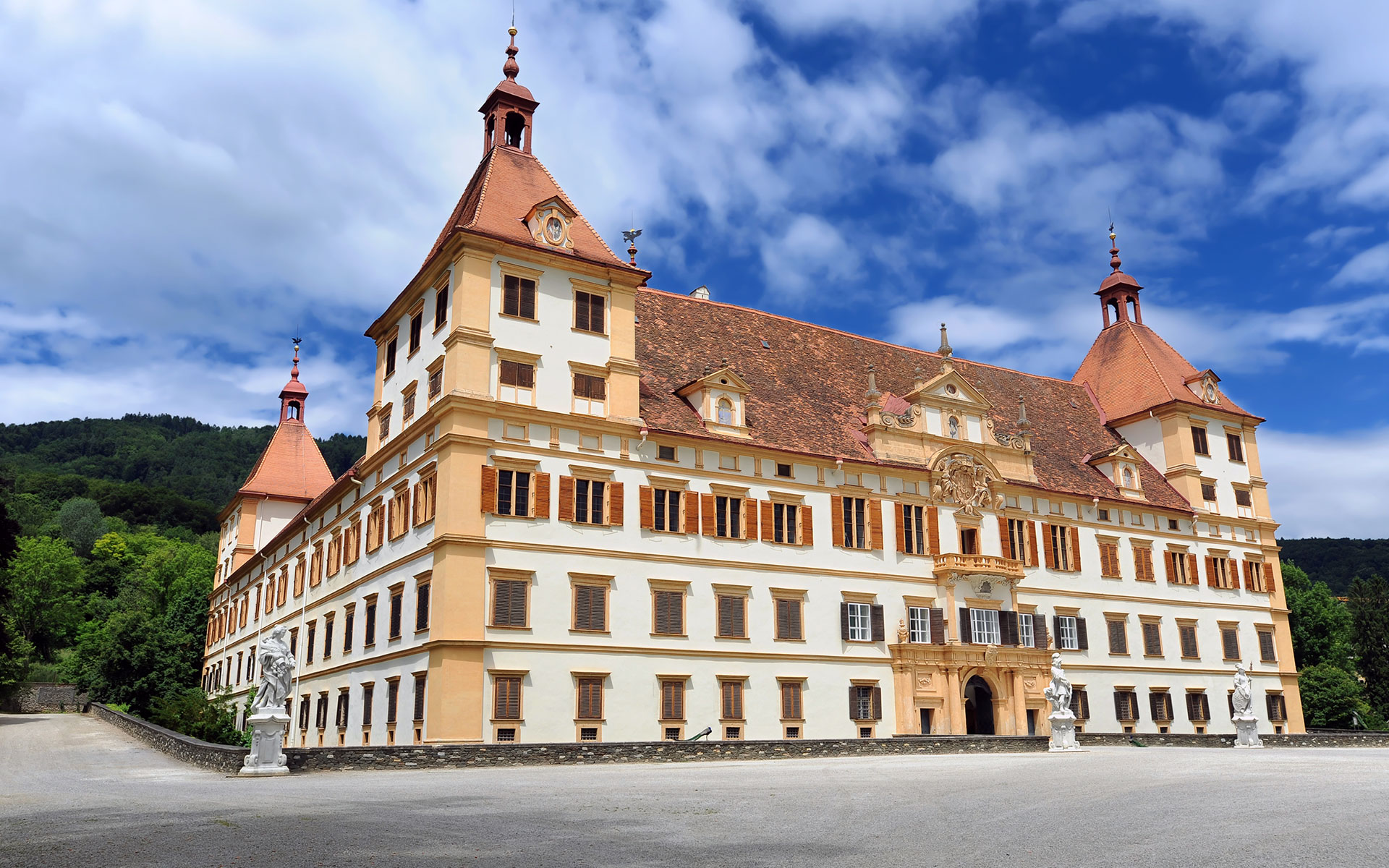 The Eggenberg Palace on the western edge of Graz - the Styrian capital will get a direct link from Berlin and Dresden from early May 2020 (photo © Pavle Marjanovic / dreamstime.com).